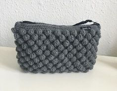 Færdig – Bobbelpung + guide - Lilly is Love Crochet Clutch, Crochet Handbags, Diy Crochet And Knitting, Crochet Gifts, Homemade Bags, Diy Bags Purses, Knitted Bags, Chrochet, Beautiful Crochet