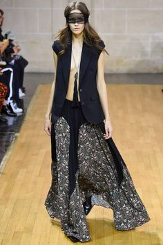 See the complete Veronique Branquinho Spring 2016 Ready-to-Wear collection.