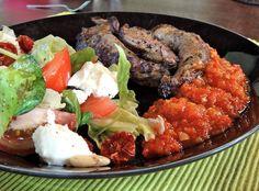 Caprese-salaatti, lampaan sisäfileet ja adjika