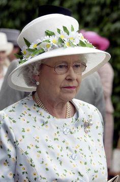 Queen Elizabeth II At Royal Ascot. Queen Hat, Queen Outfit, Fascinator Wedding, God Save The Queen, Happy Birthday Woman, Die Queen, Foto Real, Royal Queen, Isabel Ii