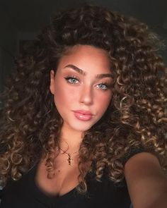 Curly Hair Model, Dyed Curly Hair, Dye My Hair, New Hair, Curly Hair Styles, Natural Hair Styles, Girls With Curly Hair, Long Curly Hair, Hair Inspo