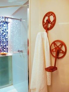 Ingenious ideas for fun storage and wall decoration, recycling bicycle parts