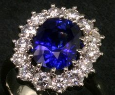 Garrard's is reportedly the oldest jeweler in the world since 1721. Princess Diana's ring, which now belongs to Catherine, Duchess of Cambridge. Royal Rings, Royal Jewels, Crown Jewels, Jewelry Art, Vintage Jewelry, Best Diamond, Rocks And Gems, Dream Ring, Diamond Gemstone