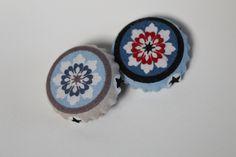 Magnete aus Kronkorken. Recycling! ;) Decorative Plates, Recycling, Coin Purse, Wallet, Purses, Home Decor, Bottle Caps, Magnets, Handbags