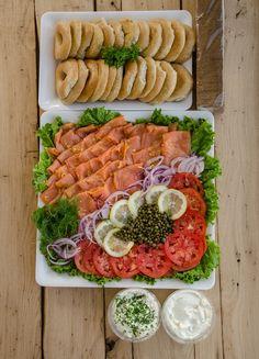 Smoked Salmon Platter, Smoked Salmon Bagel, Easy Brunch Recipes, Breakfast Recipes, Brunch Ideas, Breakfast Potluck, Lox Recipe, Lox And Bagels, Bagel Bar