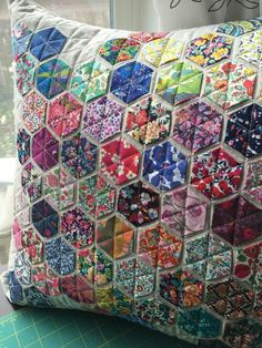 A Super Quick and Easy Quilt to Make! Sometimes the simplest quilts are the most appealing. This quilt is the perfect example of how simple can be utterly charming. It's also an extremely easy… Patchwork Hexagonal, Patchwork Cushion, Hexagon Quilt, Patchwork Quilting, Quilted Pillow, Hexagon Pattern, Liberty Quilt, Liberty Fabric, Small Quilts