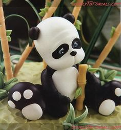 Panda making tutorial Cake Decorating Tutorials (How To's) Tortas Paso a Paso Polymer Clay Figures, Polymer Clay Animals, Polymer Clay Projects, Clay Crafts, Decors Pate A Sucre, Panda Cakes, Biscuit, Fondant Animals, Clay Figurine