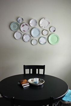Brilliant Ideas For Arranging A Plate Wall - Sortrature Plate Wall Decor, Plates On Wall, Wooden Basket, Plate Display, Vintage Plates, Plate Design, Kitchen Art, Wooden Tables, Living Spaces