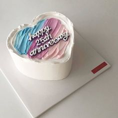 Find images and videos about cute, food and aesthetic on We Heart It - the app to get lost in what you love. Pretty Birthday Cakes, Pretty Cakes, Beautiful Cakes, Amazing Cakes, Creative Cake Decorating, Birthday Cake Decorating, Mini Cakes, Cupcake Cakes, Simple Cake Designs
