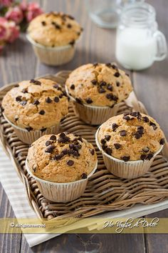 Muffin con farina integrale e gocce di cioccolato Cooking Meme, Cooking Recipes, Cooking For One, Easy Cooking, Cake & Co, Healthy Cake, Bakery Cakes, How To Cook Shrimp, Food Pictures