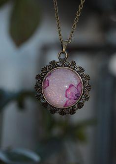 Pendentif bronze rose irisé aquarelle : Collier par lesderivesdepatou