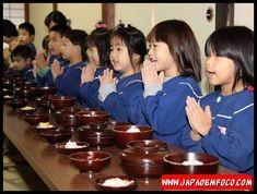 """2. Agradecer antes e depois das refeições Os japoneses tem o hábito de iniciar a sua refeição com a palavra """"Itadakimasu"""" (いただきます), que seria uma forma de agradecimento a todos aqueles que direta e indiretamente contribuíram para que aquela refeição pudesse estar à mesa. Ao terminar a refeição, eles dizem a frase """"Gochisōsama deshita"""" (ごちそうさまでした), que pode ser traduzido como """"Obrigado por esta refeição"""""""