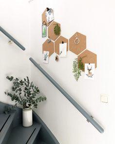 Mooi prikbord hexagons in het trapgat. Leuk idee voor in de gang.