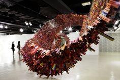 L'artiste coréen Yun-Woo Choi a crée des sculptures impressionnantes en utilisant des pages de magazines pliées et déformées. En les collant ensemble pour composer des formes ce dernier parvient à nous faire plonger dans son univers. Une galerie de ses différentes œuvres magnifiques est à découvrir dans la suite.