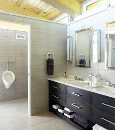 Le gris fait office de toile de fond dans cette salle de bains. | Photo: Yves Lefebvre #deco #salledebain #lumiere