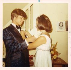 Everyday Life in the Past Old Pictures, Girl Pictures, Old Photos, Vintage Family Photos, Vintage Photographs, Vintage Colors, Vintage Stuff, Prom Date, 70s Aesthetic