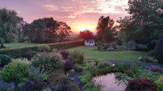 Op zoek naar voorbeelden van opkomende zon om te fotograferen? deze schemerfotografie van een opkomende zon in de tuin van Laura is een mooi voorbeeld van tuinfotografie.
