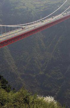 Erguida sobre o cânion de Dehang, a ponte é parte de uma rodovia que liga as cidades de Chongqing e Changsha, na província de Hunan, no sudeste da China. A ponte tem 1.176 metros de comprimento e fica a 330 metros de altura.  Fotografia: Xinhua, Zhao Zhongzhi / AP.  http://g1.globo.com/mundo/noticia/2012/04/china-inaugura-ponte-suspensa-330-metros-de-altura.html