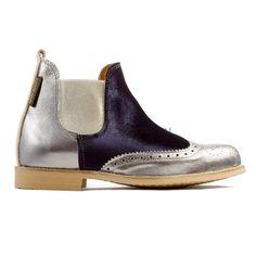 Botas cortas Lynch 1 hechas a mano de terminación de acero laminado, empeine de terciopelo azul y elástico platino de Neon Boots. REF: LYNCH 1 #moda #style #fashion #neonbootsmujer #modamujer #botas #neonboots #calzado #zapatos