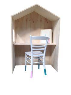 Houten speelhuisje, bureau in de vorm van een huisje. Speelhuisje kinderen