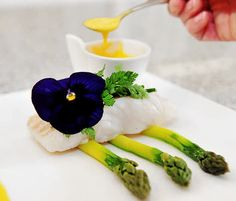Inconnu    chef   Recettes Lieu jaune, sauce à l'orange, asperges vertes