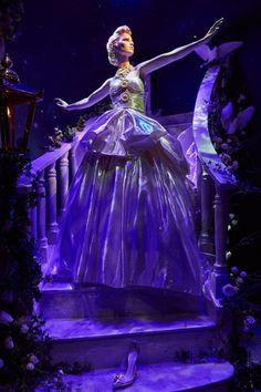 Las princesas de Disney y sus vestidos de diseñador en las vitrinas de Harrod's - Monkeyzen