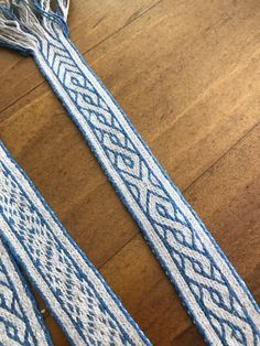 A long, long time ago, in a suburb far, far away … … I wound a very looong warp for tablet weaving a belt. A 292 cm long belt! I used 20 tablets (in reality, playing cards cut into a sq… Viking Pattern, Tablet Weaving Patterns, Card Weaving, Woven Belt, Viking Age, Historical Clothing, Vikings, Loom, Medieval