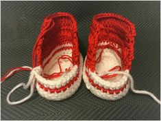 Free Pattern Materials: White (or of another color of one's choice) acrylic yarn or a mixture of cotton and acrylic, medium-weight, with its thickness adjusted to the size of a hook. A croche… Crochet Baby Boots, Booties Crochet, Crochet Slippers, Baby Slippers, Newborn Crochet, Knitted Baby, Baby Socks, Baby Knitting, Bernat Baby Yarn