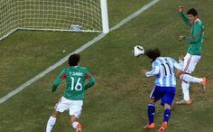 En esta jugada , se ve que este jugador va al ataque del balón para impactarlo con la cabeza , mientras los otros dos apresuradamente van al ataque del balón para evitar el impacto.