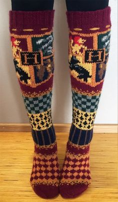 Free Knitting Pattern for Hogwarts Socks - Stranded socks inspired by Harry Potter with a Hogwarts coat of arms emblem. Designed by Pauliina Mathlin. Available in English and Finnish Harry Potter Harry Potter Knitting Patterns Tricot Harry Potter, Mode Harry Potter, Harry Potter Crochet, Harry Potter Scarf Pattern, Harry Potter Fashion, Harry Potter Books, Knitting Patterns Free, Knit Patterns, Free Knitting
