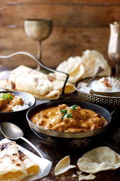 バターチキン ‐ インドのカレーの中で最もシンプルなお料理なのに世界で最も親しまれているのがこのカレーです。もうテークアウトはやめて自分で作ってみては?材料はスーパーに売っている物ばかりですし、とても簡単にできて味は抜群です。