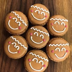 Gingerbread man macarons with gingerbread ganache Lebkuchenmann Macarons mit Lebkuchen Ganache Christmas Sweets, Christmas Goodies, Macarons Christmas, Christmas Recipes, Holiday Baking, Christmas Baking, Oreos, Macaron Flavors, Macaron Filling