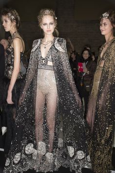 Omg that cape // Alexander McQueen Fall 2016 Ready-to-Wear Fashion Show Beauty London Fashion Weeks, New York Fashion, Haute Couture Style, Fashion 2017, Runway Fashion, High Fashion, Lady Mary, Alexandre Mcqueen, Alexander Mcqueen Couture
