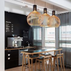 Suspension design en bois de la marque Secto Design. Élégante avec son style scandinave, elle donne du style à votre intérieur. #secto #design #suspension #lampe #lighting #luminaire #interiordesign #interieur #lamp #scandinave #scandinavian