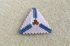 How to make a peyote triangle with a hole in the center ~ Seed Bead Tutorial Beading Techniques, Beading Tutorials, Beaded Jewelry Patterns, Beading Patterns, Beaded Bracelets Tutorial, Beaded Boxes, Bead Crochet Rope, Bracelets, Embroidery Stitches