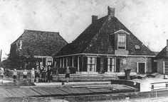 """Roordahuizum - """"Twa Broeren"""" aangemeert in de Buurevaart (ter hoogte van de huidige Haven / Buorren -  schip van brandstofhandelaar Gerben de Vries"""