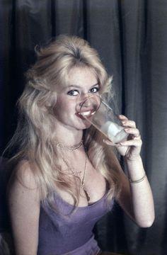Miss Brigitte Bardot : Photos Bridgitte Bardot, French Beauty, Classic Beauty, 50s Hairstyles, Ann Margret, Old Hollywood Stars, Most Beautiful Faces, Beautiful Redhead, Raquel Welch