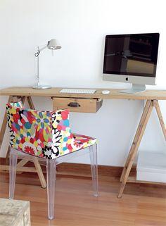 La zona de trabajo se armó contra la pared que enfrenta al living. Allí se ubicó un escritorio de madera con cajón y patas caballete, comprado en el Mercado de Pulgas de Dorrego. La silla Mademoiselle (Manifesto) trae el guiño moderno.