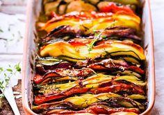 Tian de pommes de terre, tomates, courgettes et oignons rouges