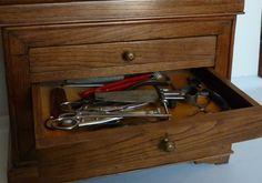 Matériel de reliure (découpe) en fouillis dans le tiroir d'une commode de maitris