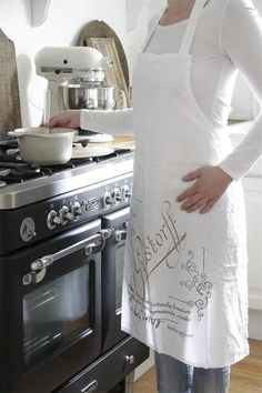 Schort/ Apron Jeanne d`Arc Living Jeanne D'arc Living, Kiss The Cook, Joy Of Cooking, White Cottage, White Houses, Beautiful Kitchens, Color Themes, Look Fashion, Home Kitchens