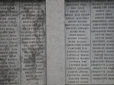 Ce sont des noms de soldats morts.  Ils portaient un nom lorsqu'ils furent enrôlés de gré ou de force.  Ils ont combattu sur des champs de bataille et ils y ont laissé leurs vies.  --  PASSANT, souviens-toi !
