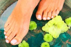 The best home remedies for cracked heels, calluses and stinky feet! The best home remedies for cracked heels, calluses and . Pedicure Tips, Pedicure At Home, Zucchini Quiche, Foot Soak Recipe, Dry Skin On Feet, Fungal Nail Treatment, Lemongrass Spa, Foot Detox, Wrinkled Skin