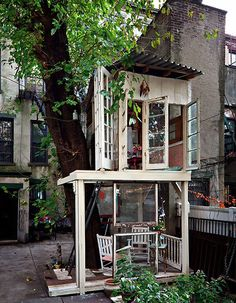 BROOKLYN TREEHOUSE  -  Can you believe it?  It's a real life treehouse… in Brooklyn!  Pratt Institute graduate, Alexandra Meyn, built a treehouse behind her apartment building in Bedford-Stuyvesant, Brooklyn.
