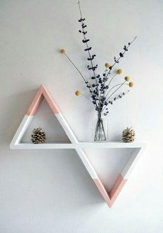 lasformas geométricas, Han sido utilizadas para dar forma a un sinfín deaccesorios decorativos.  una serie deestanterías con formas geométricas;circulares, hexagonales, triangulares, cuadradas... formas que cubren parte de la pared para dardinamismoyoriginalidada las estancias.