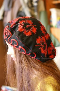 Alabama Chanin Style Beret. Ткани из хлопка ручной работы в технике прямой, обратной и прорезной аппликации c росписью акрилом и вышивками: лентами и бисером. Natalie Chanin uses cotton factory and decorates the fabric with reverse applique. She pre paints the fabrics by acrylic and then she embroiders them with ribbons and glass-bugle beads in pattern.