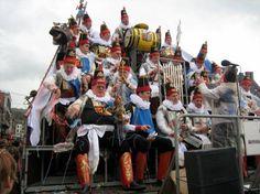 """La Royale Moncrabeau, aussi connue à Namur sous le surnom """"les 40 Molons"""", est une confrérie aidant les pauvres namurois. C'est également un orchestre chantant et une académie des menteurs."""