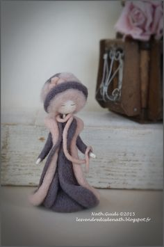 Statuette en laine feutrée, une petite fée mode retro, mauve : Accessoires de maison par les-vendredis-de-nath