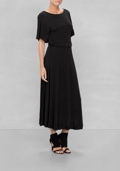 This effortlessly chic dress has a drapey upper body with batwing sleeves, an elastic waistband for a flattering fit and a graceful skirt that flares all the way down to mid-calf, all in mesh-feel viscose.