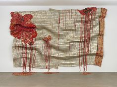 """""""Bleeding Takari II"""", es una escultura del 2007 creada por El Anatsui. hecha con aluminio, alambre de cobre y chapas de botellas recicladas, entre otros materiales, es una de las obras más grandes que reside en el MoMa (393,7 cm x 576,6 cm)"""